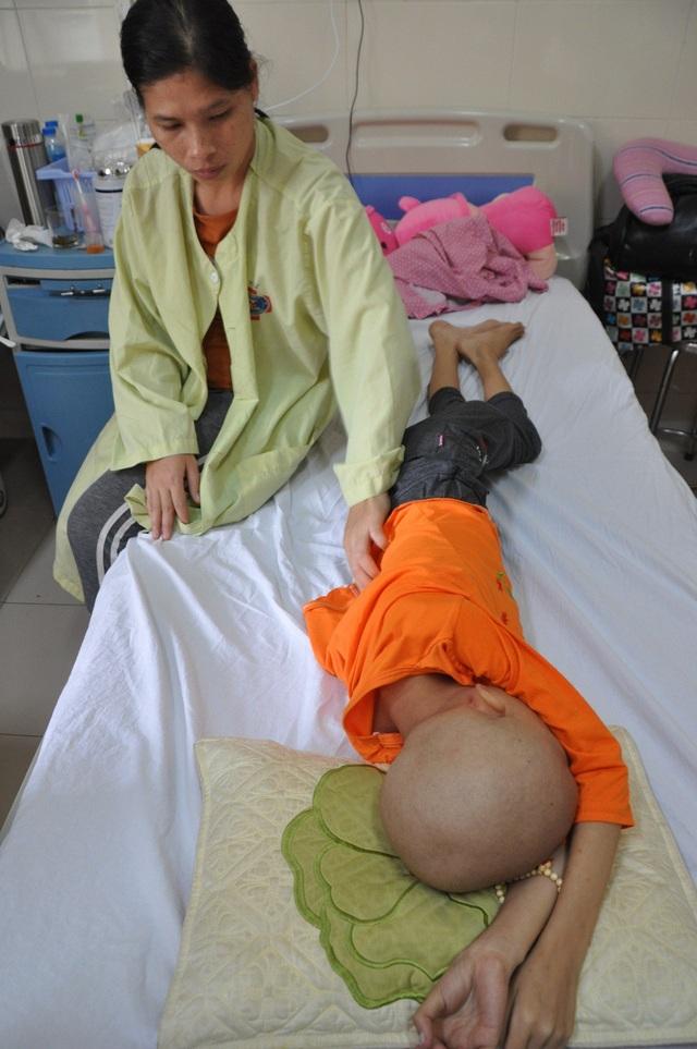 Bố mẹ đắng cay nhìn con gái chết dần, chết mòn trong đau đớn.