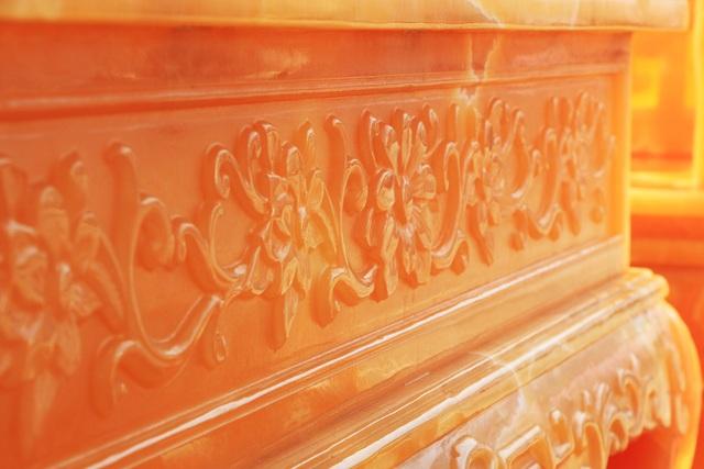 Từng hoa văn điêu khắc được chăm chút tỉ mỉ, trau chuốt. Chủ nhân bộ bàn ghế cho biết thêm, toàn bộ số ngọc vật liệu trên đều là ngọc thiên nhiên được nhập khẩu trực tiếp từ Trung Mỹ và gần như không có sẵn. Khách hàng nếu muốn làm thì phải đặt trước khá lâu.
