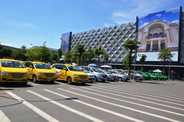 """Hiện nay, TPHCM đang thiếu trầm trọng những bãi giữ xe hiện đại do các doanh nghiệp không mặn mà đầu tư vì giá giữ xe quá """"bèo"""
