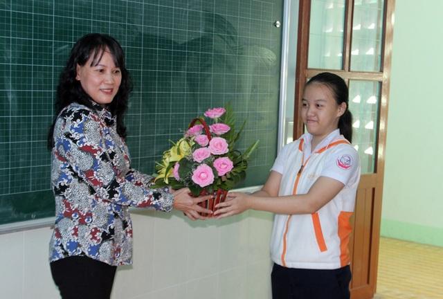 Lớp khiếm thính tặng hoa cho cô Cúc nhân ngày 20/11
