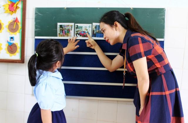 Cô Võ Thị Hoàng Diệu giảng dạy cho các em lớp Can thiệp sớm