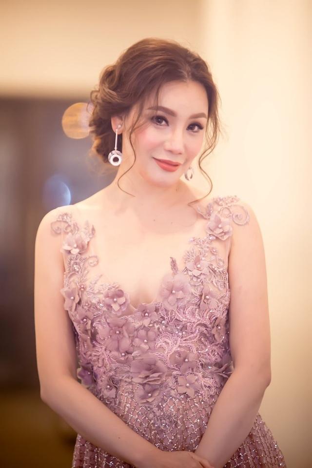 Hồ Quỳnh Hương là một trong số các sinh viên hiếm hoi của trường Đại học Văn hóa Nghệ Thuật tốt nghiệp với điểm 10 tuyệt đối. Năm 2016, Hồ Quỳnh Hương nhận được lời mời tham gia giảng dạy tại chính ngôi trường mà cô gắn bó trong 4 năm qua. Mới đây, nữ ca sĩ cũng tiếp tục được mời làm giảng viên khoa nhạc nhẹ tại Nhạc viện TPHCM.
