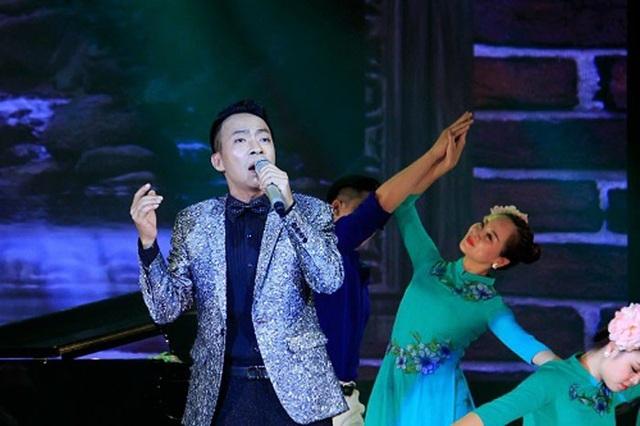 Ca sĩ Việt Hoàn hát trong đêm nhạc tri ân nhà giáo Bùi Gia Khánh diễn ra tháng 5/2018.
