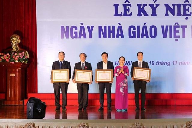 Bà Trần Thị Hà, Thứ trưởng Bộ Nội vụ, Trưởng Ban Thi đua khen thưởng Trung ương trao Huân chương lao động cho các tập thể có thành tích xuất sắc trong đào tạo và nghiên cứu khoa học
