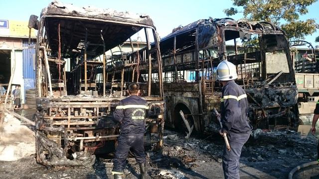 Hai xe khách bốc cháy dữ dội trong bến xe - 4