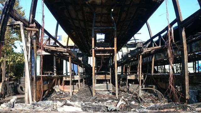 Hai xe khách bị lửa thiêu rụi trơ khung