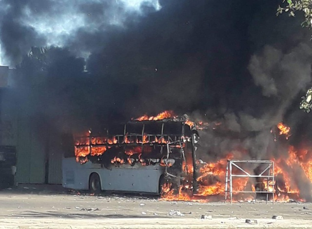 Một xe khách bất ngờ bốc cháy và nhanh chóng lan sang xe khác ở bến xe trung tâm TP Đà Nẵng