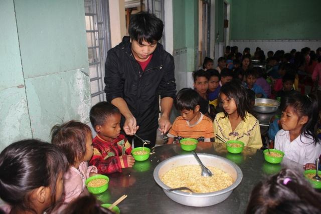 Ngày ngày các thầy cô giáo đều chăm lo cho các em từ bữa ăn đến giấc ngủ, dạy cho các em cái chữ