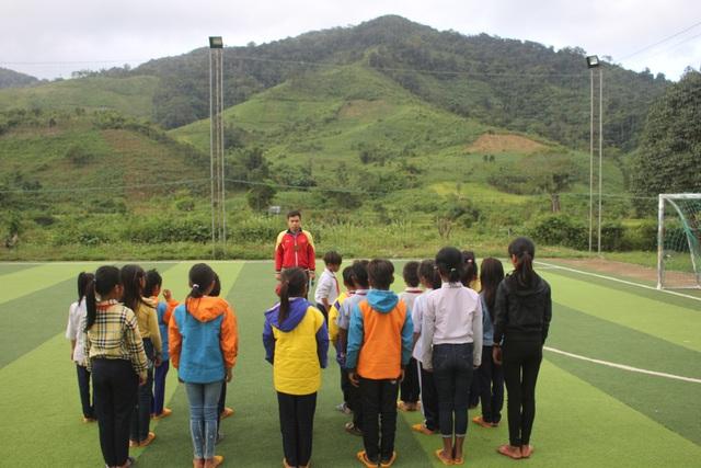Ngôi trường Kon Pne nằm sâu trong rừng, cách trung tập thị trấn gần 100km số