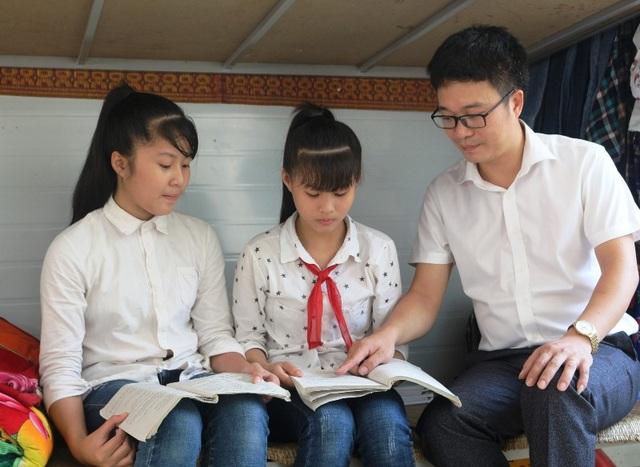 Thầy cô luôn quan tâm, chăm sóc các em học sinh như con mình.