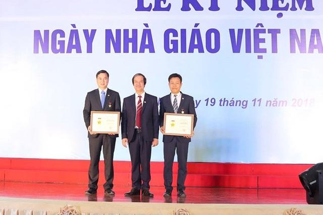 Giám đốc ĐHQGHN trao tặng Kỉ niệm chương cho 2 Thứ trưởng Bộ Lao động, Thương binh & Xã hội Lê Quân và Thứ trưởng Bộ Khoa học và Công nghệ Bùi Thế Duy.