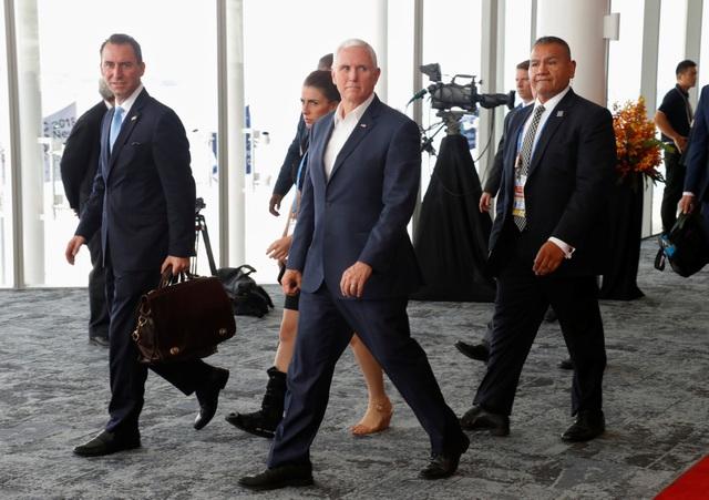Phái đoàn Mỹ rời một cuộc họp tại Papua New Guinea (Ảnh: Reuters)