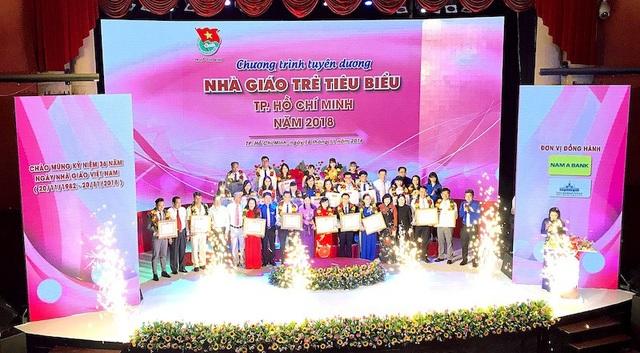 Nam A Bank dành hơn 300 triệu đồng gồm hiện kim và quà tặng trao cho 248 thầy cô đang công tác tại TP.HCM.