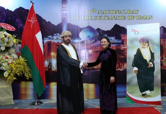 Đại sứ Oman và Thứ trưởng Bộ Ngoại giao Việt Nam Nguyễn Phương Nga tại lễ kỷ niệm vào tối ngày 19/11. (Ảnh: ĐSQ Oman tại Việt Nam)