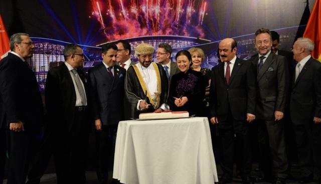 Đại sứ Oman cùng các vị khách quý cắt bánh nhân kỷ niệm 48 năm ngày Quốc khánh Vương quốc Oman. (Ảnh: ĐSQ Oman tại Việt Nam)