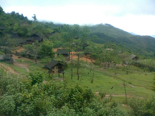 Bản Phà Khốm - nơi thầy Vi Văn Mùi cắm bản dạy chữ cho học trò người Mông Trường Tiểu học Tri Lễ 2 (xã Quế Phong, Nghệ An).
