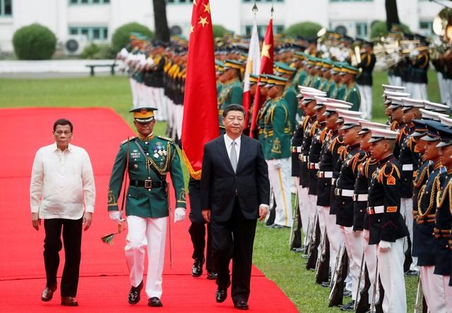 Hai nhà lãnh đạo Philippines - Trung Quốc duyệt đội danh dự tại phủ tổng thống Malacanang ở Manila. (Ảnh: Reuters)