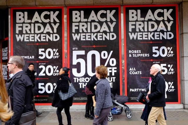 Dù giảm giá cực khủng nhưng các nhãn hàng vẫn có lãi khi doanh thu tăng thêm cả tỷ USD