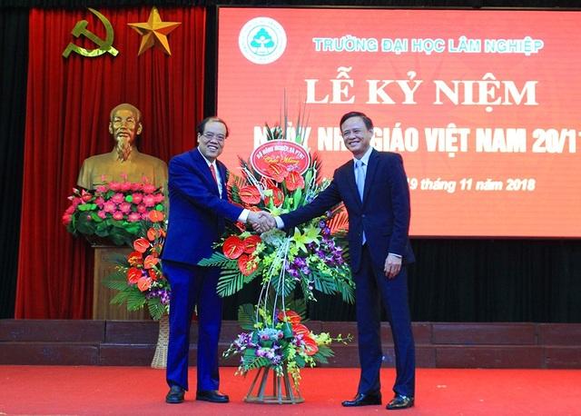 Lãnh đạo Bộ NN&PTNT tặng hoa chúc mừng Nhà trường