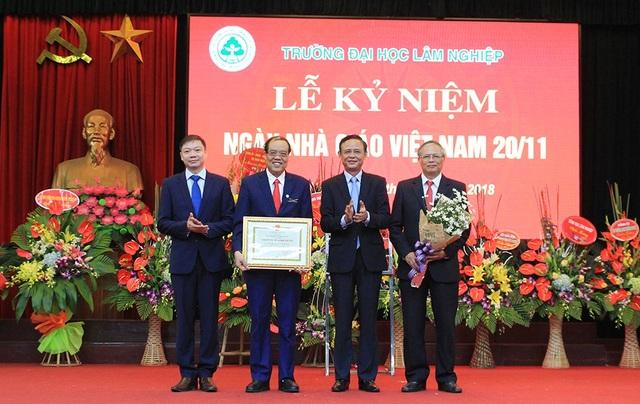 Trao tặng danh hiệu Tập thể lao động xuất sắc cấp Bộ cho Trường Đại học Lâm nghiệp