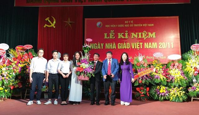Sinh viên vui mừng tặng hoa tri ân cán bộ, giảng viên học viện YDHCT.