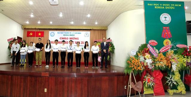 Dịp này, công ty cũng dành tặng học bổng cho 10 sinh viên ưu tú của ĐHYD