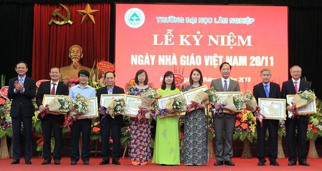 Trao tặng Bằng khen của cấp Bộ trưởng Bộ NN&PTNT cho các cá nhân