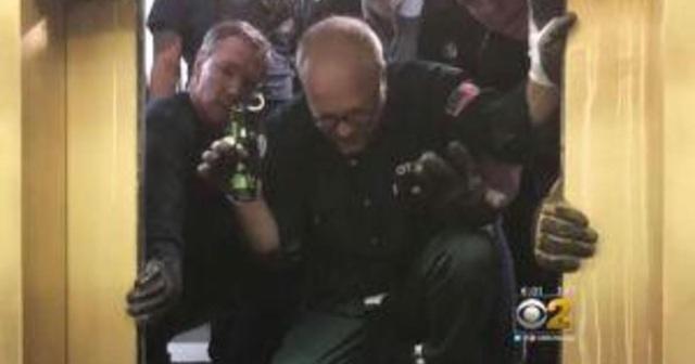 Lực lượng cứu hộ đưa 6 người ra ngoài sau gần 3 giờ đồng hồ. (Ảnh: CBS)