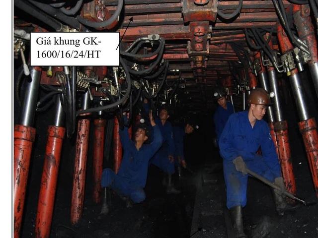 Thợ mỏ trong ca làm việc cùng hệ thống mới.