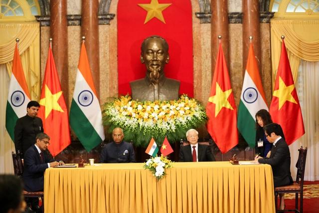 Hai nhà lãnh đạo chứng kiến lễ ký kết các văn kiện hợp tác giữa Việt Nam và Ấn Độ
