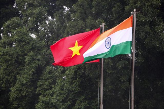 Quốc kỳ Việt Nam - Ấn Độ tại Hà Nội, trong lễ đón chính thức Tổng thống Ram Nath Kovind và Phu nhân thăm cấp Nhà nước tới Việt Nam