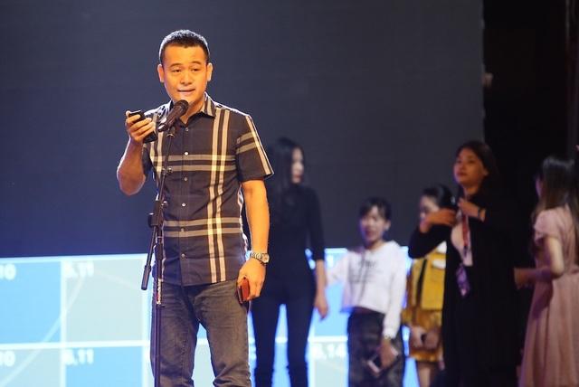 Đại diện ban tổ chức trong vai người công bố giải thưởng trong đêm trao giải để khớp chương trình.