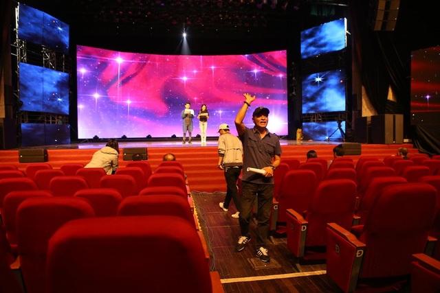 Những thành viên trong ê kip sản xuất chương trình của VTV2 Đài truyền hình Việt Nam hăng hái làm việc.