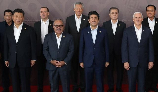 Phó Tổng thống Mỹ Mike Pence (ngoài cùng bên phải hàng dưới) và Chủ tịch Trung Quốc Tập Cận Bình (ngoài cùng bên trái hàng dưới) chụp ảnh với các nhà lãnh đạo APEC tại Papua New Guinea. (Ảnh: EPA)