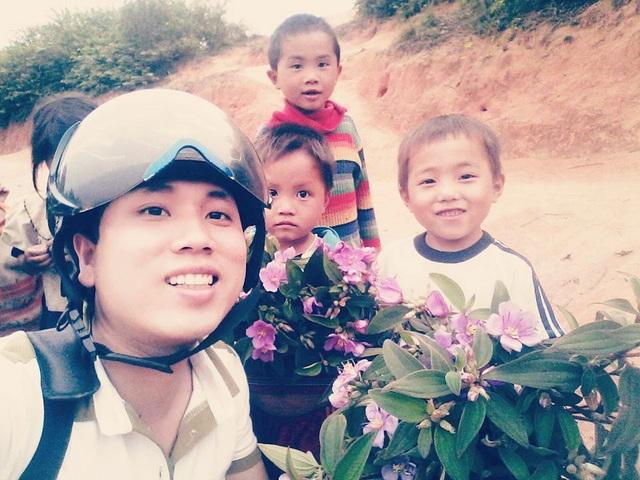 Niềm vui của thầy giáo cắm bản là những bó hoa rừng học trò tặng vào những dịp lễ (ảnh FBNV)