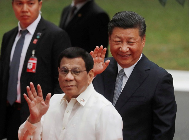Tổng thống Duterte đón Chủ tịch Tập Cận Bình tại Philippines ngày 20/11. (Ảnh: Reuters)
