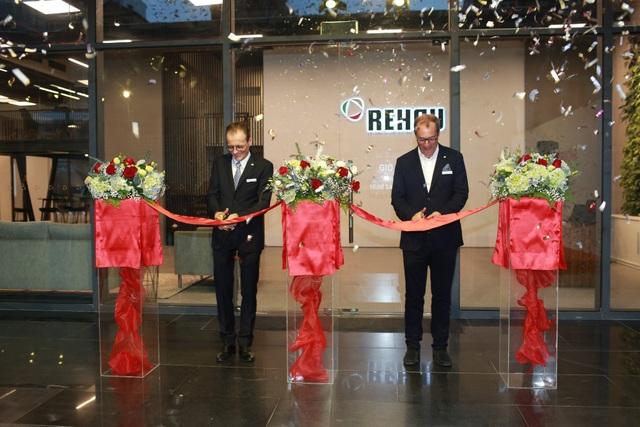Ông Stefano Mattioli, Giám đốc khu vực Đông Nam Á và ông Rafael Daum, Giám đốc điều hành khu vực châu Á - Thái Bình Dương cùng cắt băng khánh thành showroom REHAU đặc biệt đầu tiên tại Hà Nội.