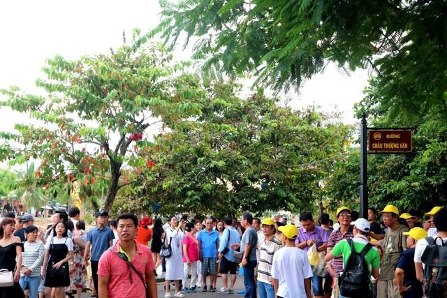 Du khách đến Hội An rất đông gây áp lực lên di sản, gây nhiều xáo trộn trong đời sống người dân cũng như trong cách tiếp đón du khách