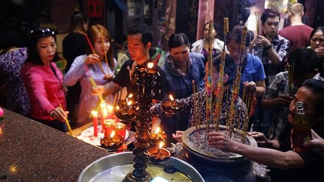 Khu vực điện thờ khá đông Phật tử tập trung dâng lễ