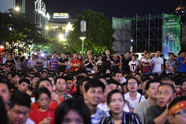 Người hâm mộ gần như nín thở mỗi khi các hậu vệ đội nhà căng mình cản phá các đợt tấn công của đội Myanmar