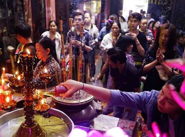 Phật tử dâng dầu thắp đèn cúng Phật