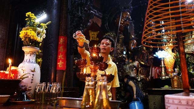 Phía bên trong Chánh điện bộ phận hỗ trợ Phật tử cũng liên tục dâng dầu giúp Phật tử