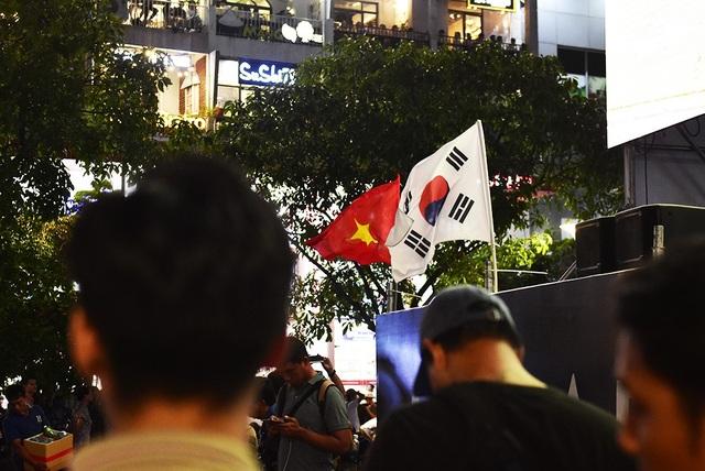 """""""Đội tuyển mình chia điểm nhưng không sao cả, cơ hội vào bán kết của đội tuyển Việt Nam là rất lớn. Trong khi đó, Malaysia và Myanmar phải bước vào cuộc tử chiến để có vé còn lại vào vòng 4 đội mạnh nhất Đông Nam Á. Myanmar chỉ cần tối thiểu 1 điểm, giống như Việt Nam. Trong khi đó, Malaysia buộc phải chiến thắng để đi tiếp"""", ông Đỗ Phong (55 tuổi, ngụ quận Tân Bình) chia sẻ."""