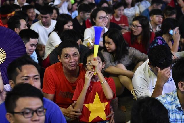 Ai cũng ra đây sớm để chọn cho mình một chỗ theo dõi đội tuyển Việt Nam thi đấu tốt nhất
