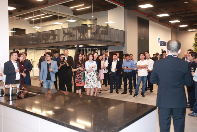 Khách mời tham quan các khu vực của showroom dưới sự dẫn dắt của đội ngũ tư vấn REHAU
