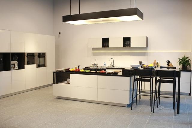 Không gian bếp tại showroom REHAU với thiết kế sang trọng, độc đáo cùng vật liệu tiêu chuẩn Đức, mang đến trải nghiệm chân thật về căn bếp lý tưởng.