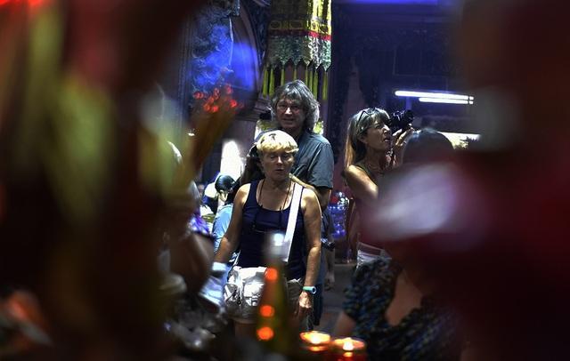 Chùa Ngọc Hoàng khá nổi tiếng vì từng đón tiếp Tổng thống Obama nên cũng không khó bắt gặp du khách đến đây tìm hiểu văn hóa tín ngưỡng của người Việt