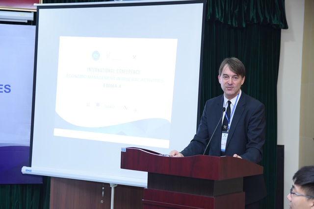 Giáo sư Juergen Kretschmann - Chủ tịch trường Đại học Kỹ thuật Georg Agricola Bochum (CHLB Đức), chủ tịch Hội Giáo sư mỏ quốc tế (Society of Mining Professors) phát biểu khai mạc tại Hội thảo