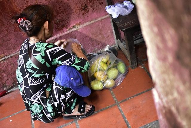 Một phật tử đang chuẩn bị trái cây dâng lễ