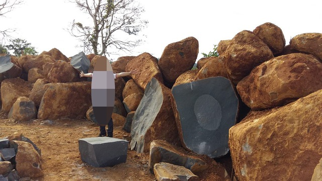 Trên điểm khai thác có rất hàng chục viên đá lớn, một số đã được chẻ và đưa đi tiêu thụ...bất chấp lệnh cấm của xã
